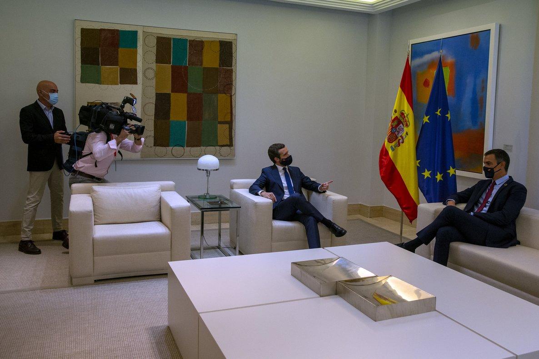 El presidente del Gobierno, Pedro Sánchez, junto al líder del PP, Pablo Casado, durante su reunión en la Moncloa el pasado 2 de septiembre.