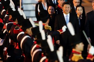 AME2541 BUENOS AIRES ARGENTINA 28 11 2018 - El presidente de la Republica Popular de China Xi Jinping c-d y su esposa Peng Liyuan c llegan para la cumbre del G20 hoy jueves 29 de noviembre del 2018 al Aeropuerto Internacional de Ezeiza en Buenos Aires Argentina EFE Juan Ignacio Roncoroni
