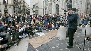 Protesta por el cierre del Club Cronopios en la plaza de Sant Jaume, el lunes pasado.