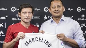 Marcelino posa con el presidente Anil Murthy tras renovar en julio de 2018 su contrato con el Valencia