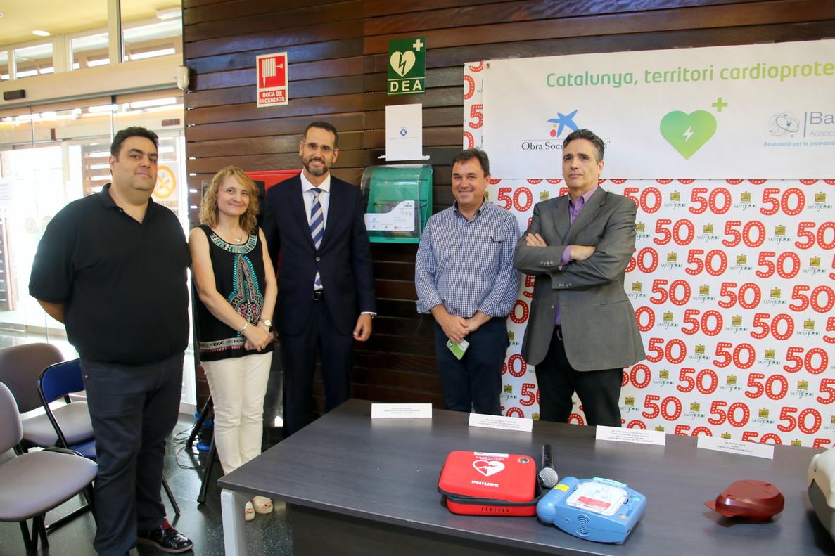 Representantes del proyecto 'Mercados cardioprotegidos' junto a la alcaldesa de Sant Boi durante el acto de presentación