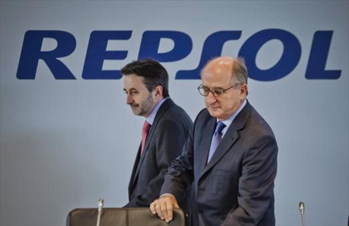 El consejerodelegado, Josu Jon Imaz, al fondo; y el presidente de Repsol, Antoni Brufau.