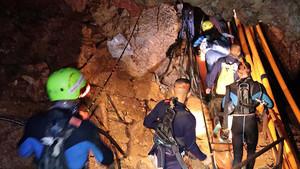 Varios militares se adentran en la cueva para el rescate de los niños de Tailandia.