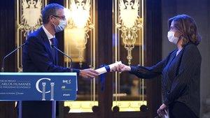 La responsable de Economía de EL PERIÓDICO en Madrid, Rosa María Sánchez, recoge de manos del gobernador del Banco de España, Pablo Hernández de Cos, el Premio Carlos Humanes de Periodismo Económico, este 5 de octubre.