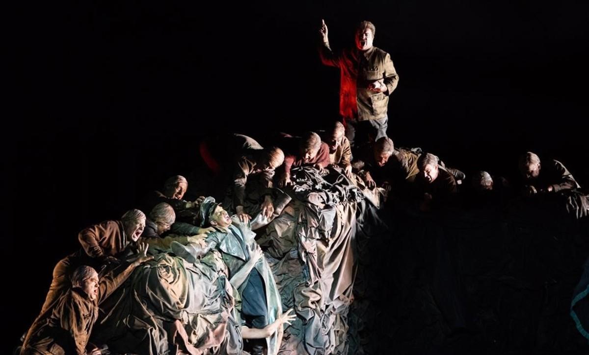 Una escena de la opera 'GerMANIA', de Alexander Raskatov,estrenada en la Ópera de Lyon, en la que aparecen Hitler (Kryshak) y Stalin (Bezzubenkov)junto a miembros del coro.