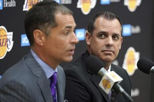 Rob Pelinka, responsable en los despachos de los Lakers, en primer plano, junto a Frank Vogel, en la presentación del técnico esta semana