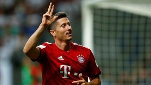 Robert Lewandowski celebra su tercer gol en la Supercopa de Alemania.