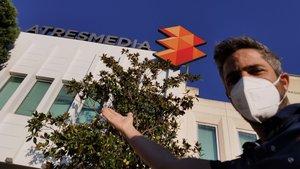 Roberto Leal a las puertas de las instalaciones de Atresmedia Televisión.