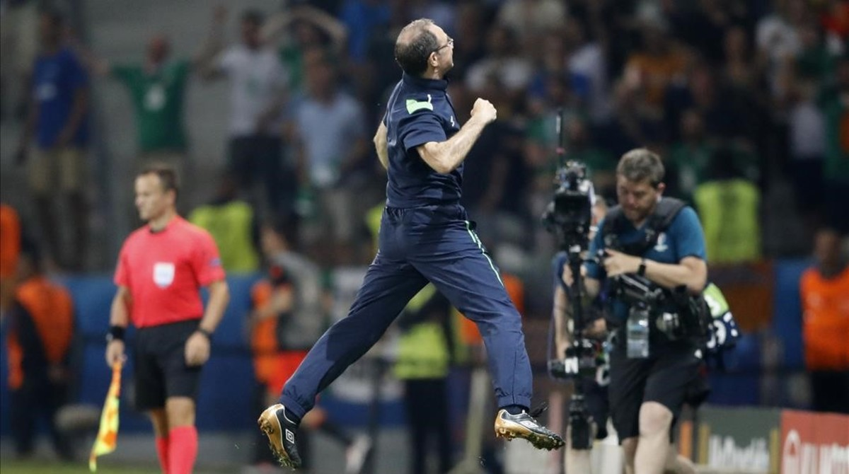 Martin ONeill celebra efusivamente el triunfo ante Italia que le dio el pase a octavos a Irlanda.