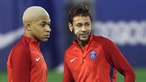 Mbappé, junto a Neymar, en un entrenamiento del PSG.