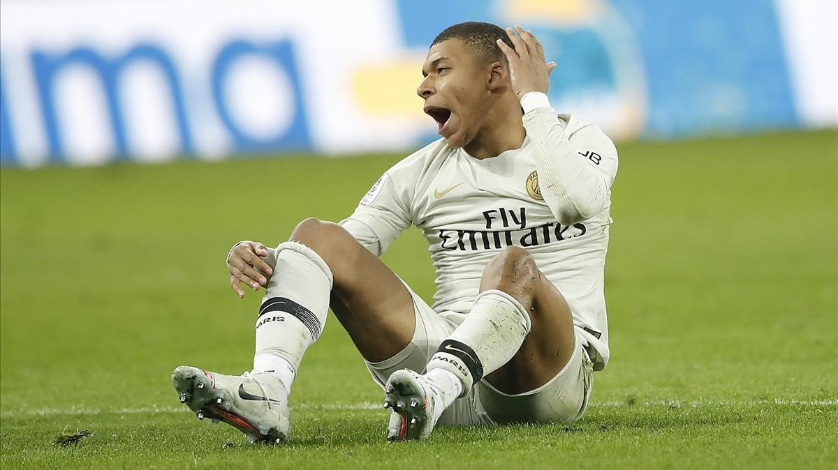 Mbappése queda tras una acción en el partido contra el Lille.