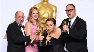 Los productores de Spotlight, con sus galardones.