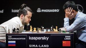El ruso Ian Nepomniachtchi y el chino Ding Liren, en la partida de la sexta ronda del Torneo de Candidatos al título mundial de ajedrez que se suspendió la pasada semana.