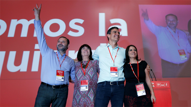 """Sánchez entra al congreso del PSOE al grito de """"presidente"""" y recibe el abrazo de Zapatero"""