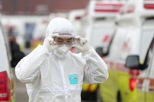 Un sanitario se coloca las gafas de protección antes de comenzar a trabajar en Corea del Sur.