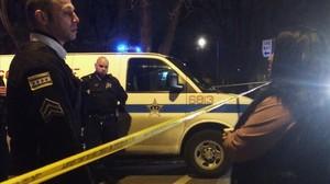 Un sargento de la policía habla con un familiar de la víctima del segundo incidente, en Chicago.