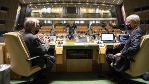 El secretario general de la ONU, Antonio Guterres, y el presidente de la 75ª Asamblea General, el turco Volkan Bozkir, este lunes en el inicio de la sesión.