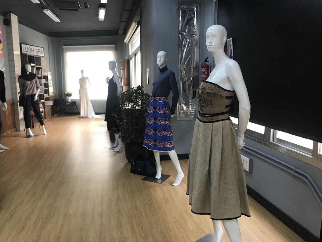 Exposición Madrid Orgánica sobre moda sostenible.