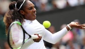 Serena devuelve forzada una bola,ante Giorgi en Wimbledon.