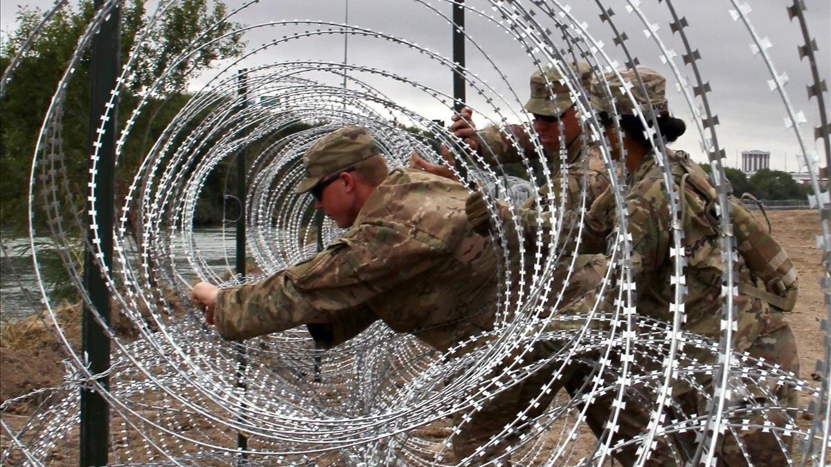 Soldados estadounidenses instalan concertinas en Laredo, Texas.