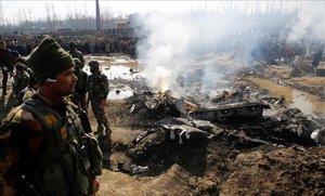 Soldados indios vigilan junto a los restos de un avión de combate que se estrelló en la Cachemira India.