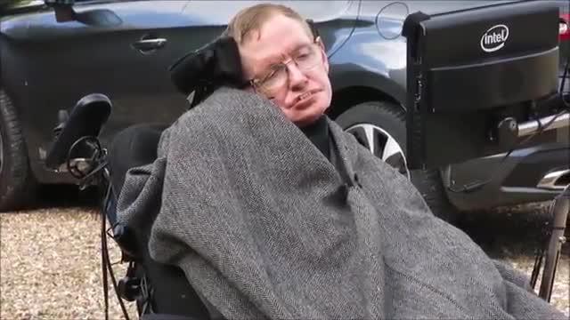 El físic Stephen Hawking suneix a la campanya de lIce Bucket Challenge, i la seva família es mulla per la causa.