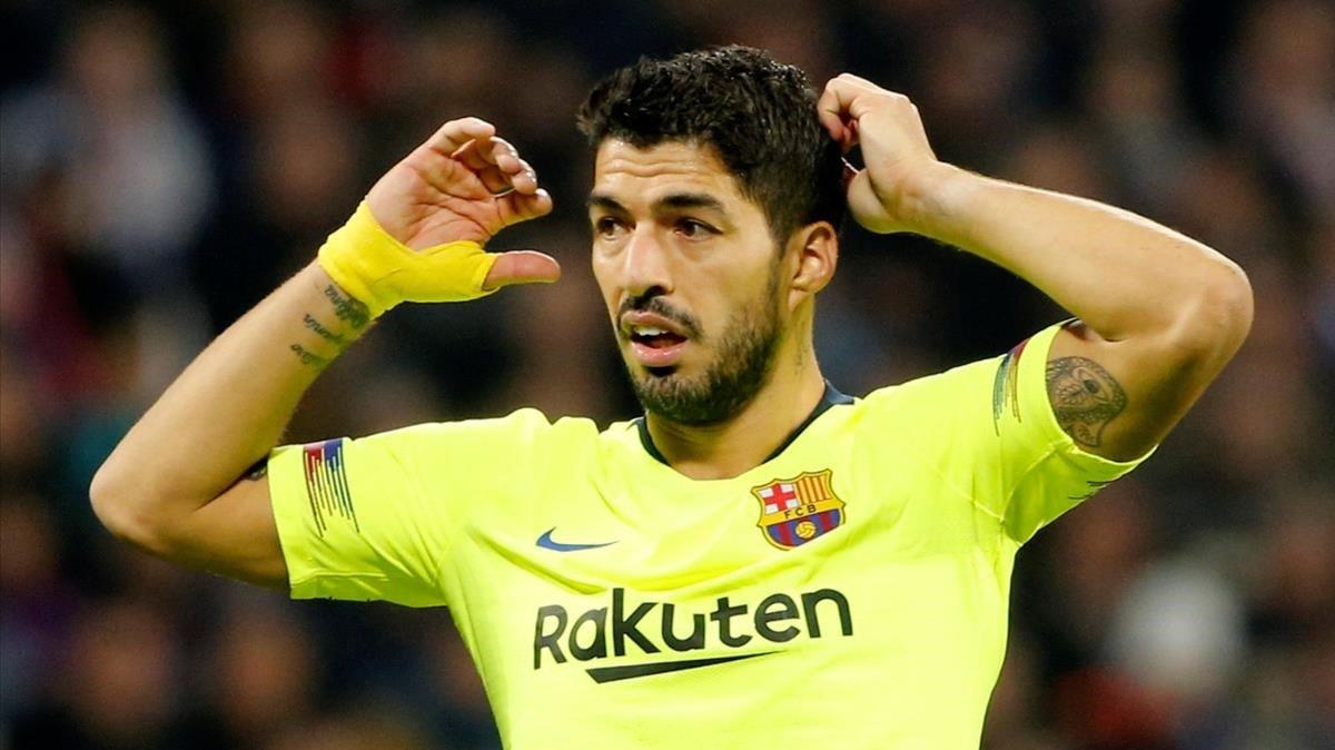 Suárez se desespera en una jugada en campo del Lyon.