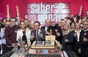 El equipo y concursantes de Saber y ganar, con la tarta del 20º aniversario.