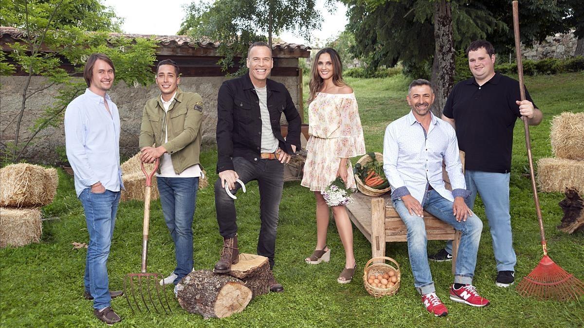 Carlos Lozano, con los participantes de la sexta edición del dating show de Cuatro Granjero busca esposa.