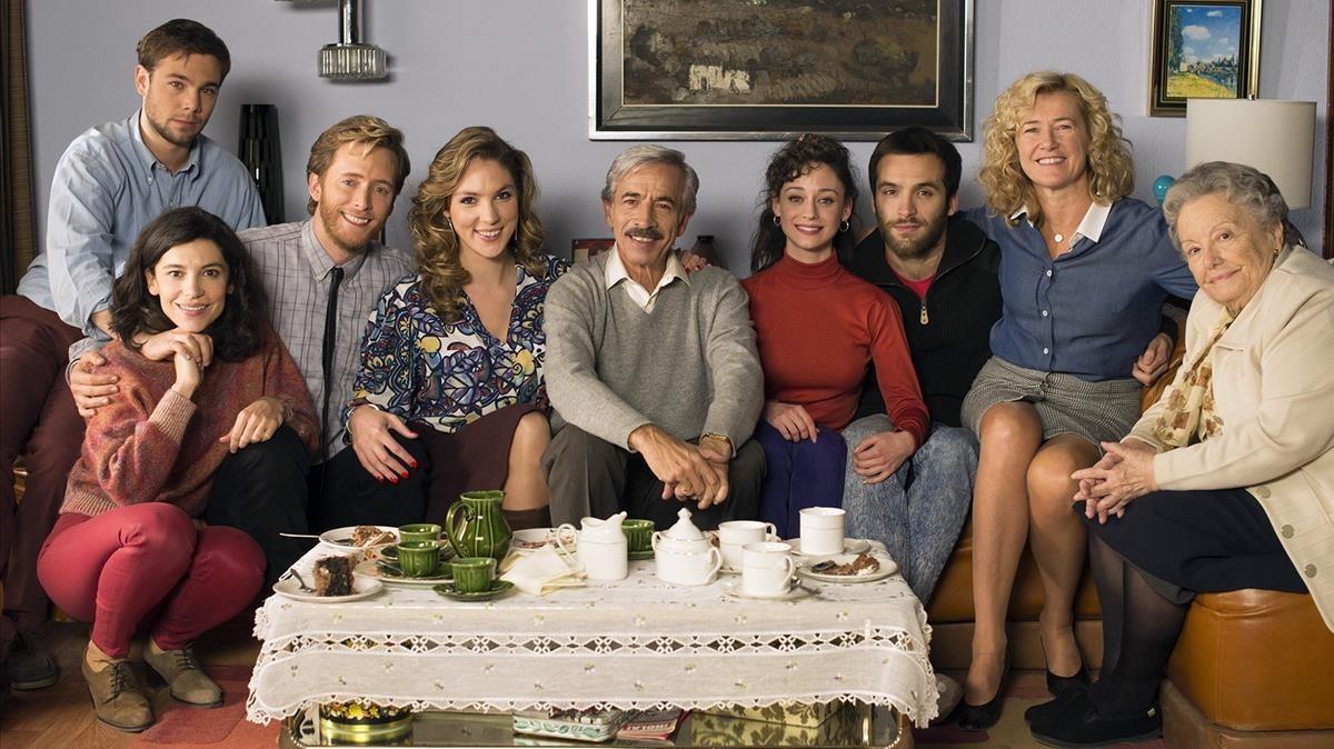Imagen promocional de la serie de TVE-1 'Cuéntame cómo paso', en la que aparecen todos los protagonistas de la nueva temporada.