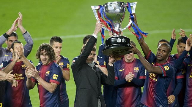 Tito y Abidal alzan el trofeo de la Liga 2012-2013, el 19 de mayo del año pasado en el Camp Nou.