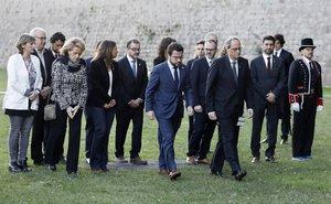 GRAFCAT5271. BARCELONA, 15/10/2019.- El presidente de la Generalitat, Quim Torra (3d), acompañado del vicepresidente del Govern i conseller de Economía, Pere Aragonès (4d), y del resto del ejecutivo, en el Cementerio de Montjuïc de Barcelona este martes durante la anual ofrenda floral en la tumba de Companys, presidente catalán durante la república que fue fusilado por el franquismo hoy hace 79 años, desde donde ha prometido este martes no desfallecer nunca en el ejercicio del derecho a la autodeterminación tras la sentencia del 'procés', como ha recordado que hizo el expresidente catalán Lluís Companys. EFE/ Andreu Dalmau