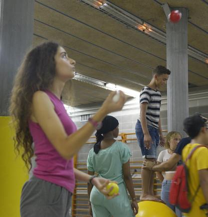 Un total de 30 chicos y chicas de La Florida participan en un taller impartido por monitores formados por Cirque du Soleil