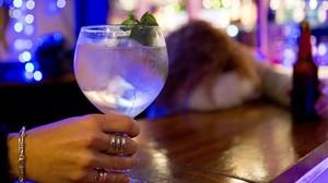 Una copa en una barra de bar.