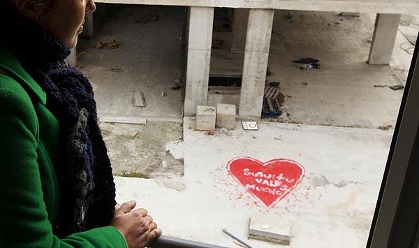 Un chico dibujó corazones en un edificio en obras para que su pareja, ingresada en un centro de salud mental, los viera durante su recuperación.