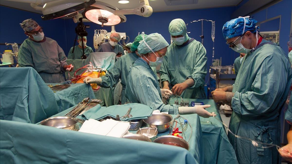 Un paciente recibe un corazón artificial.