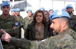 La ministra de Defensa, Dolores de Cospedal, en su visita a las tropas desplegadas en Líbano.