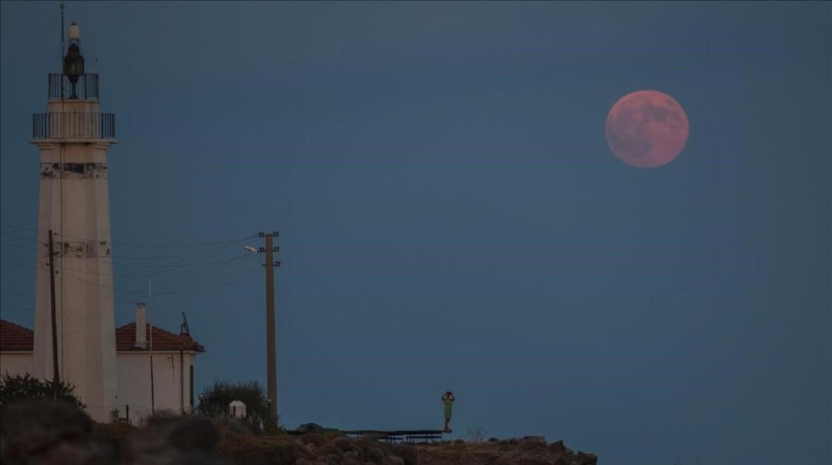 Així s'ha vist la lluna vermella (on la calima no ho ha impedit)