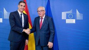 Pedro Sánchez saluda al presidente de la Comisión Europea, Jean Claude Juncker, este miércoles en Bruselas.