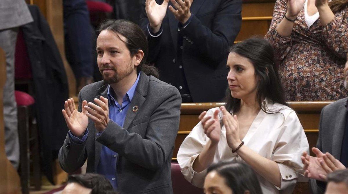 El líder de Unidas Podemos, Pablo Iglesias, y la portavoz parlamentaria del partido, Irene Montero, en la sesión de investidura
