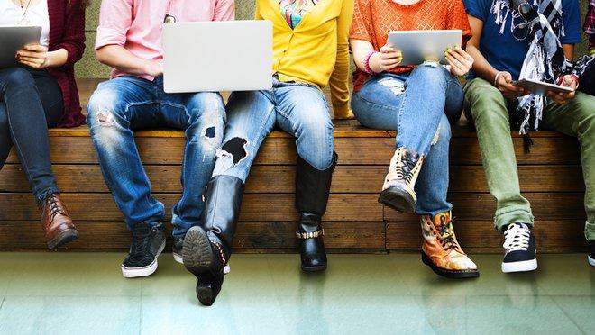 Unos estudiantes consultan sus ordenadores y tabletas.