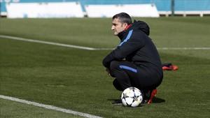 Valverde, en el último entrenamiento del Barça antes de viajar a Stamford Bridge.