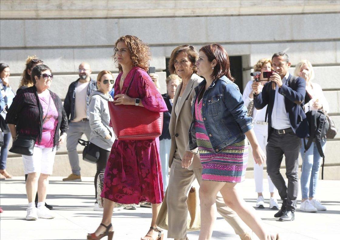 La vicepresidenta en funciones del Gobierno, Carmen Calvo, junto a la ministra María Jesús Montero y la portavoz Adriana Lastra como negociadoras socialistas