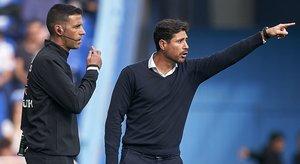 Víctor Sánchez del Amo (derecha), destituido como entrenador del Málaga, durante un partido en A Coruña el pasado octubre.