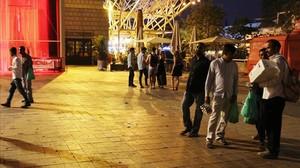 Numerosos lateros ofrecen cerveza a los turistas en la zona lúdica de la playa de la Vila Olímpica.