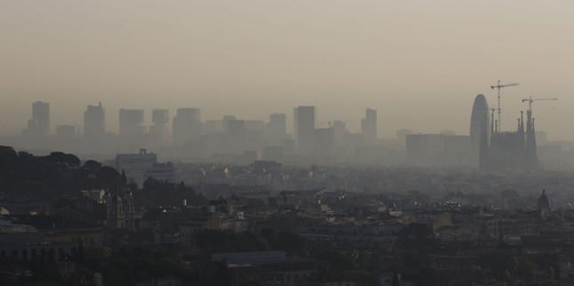 Vistade Barcelona en un día de alta contaminación.