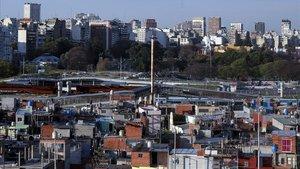 Vista del barrio 31, núcleo de miseria, junto a lujosos edificios colintandes en Buenos Aires.