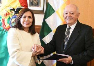 La canciller Karen Longaric junto al representante boliviano en EE.UU Walter Oscar Serrate Cuellar.