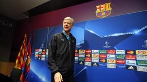 Wenger entra en la sala de prensa del Camp Nou.