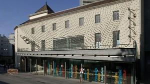 La fachada del CentreArts Santa Mònica cubierta por una malla vegetal con motivo de la exposicion de arquitectura 'A green new deal'.